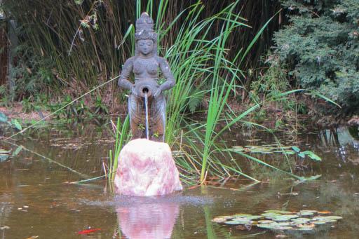 Frau im Teich